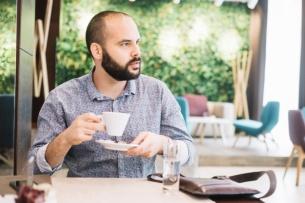 hombre-pensativo-con-cafe-en-la-cafeteria_23-2147689310.jpg